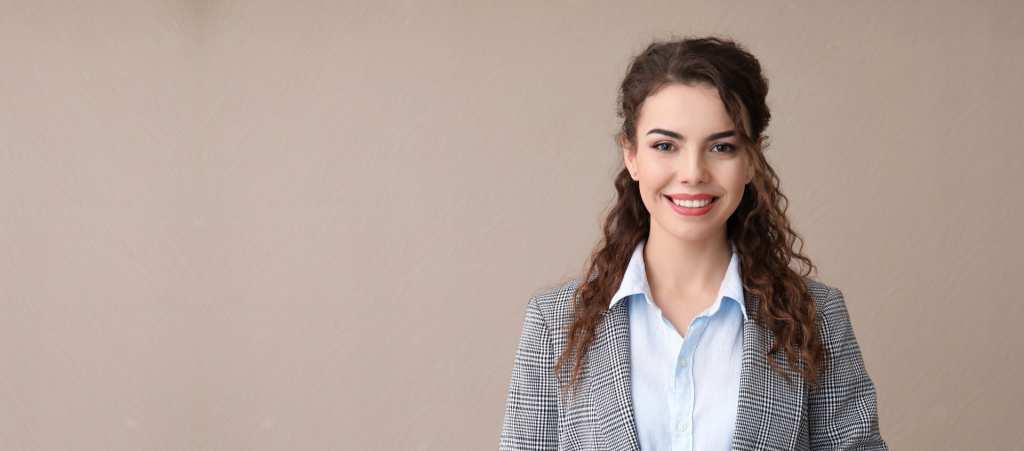 Jeune femme en tailleur qui sourit