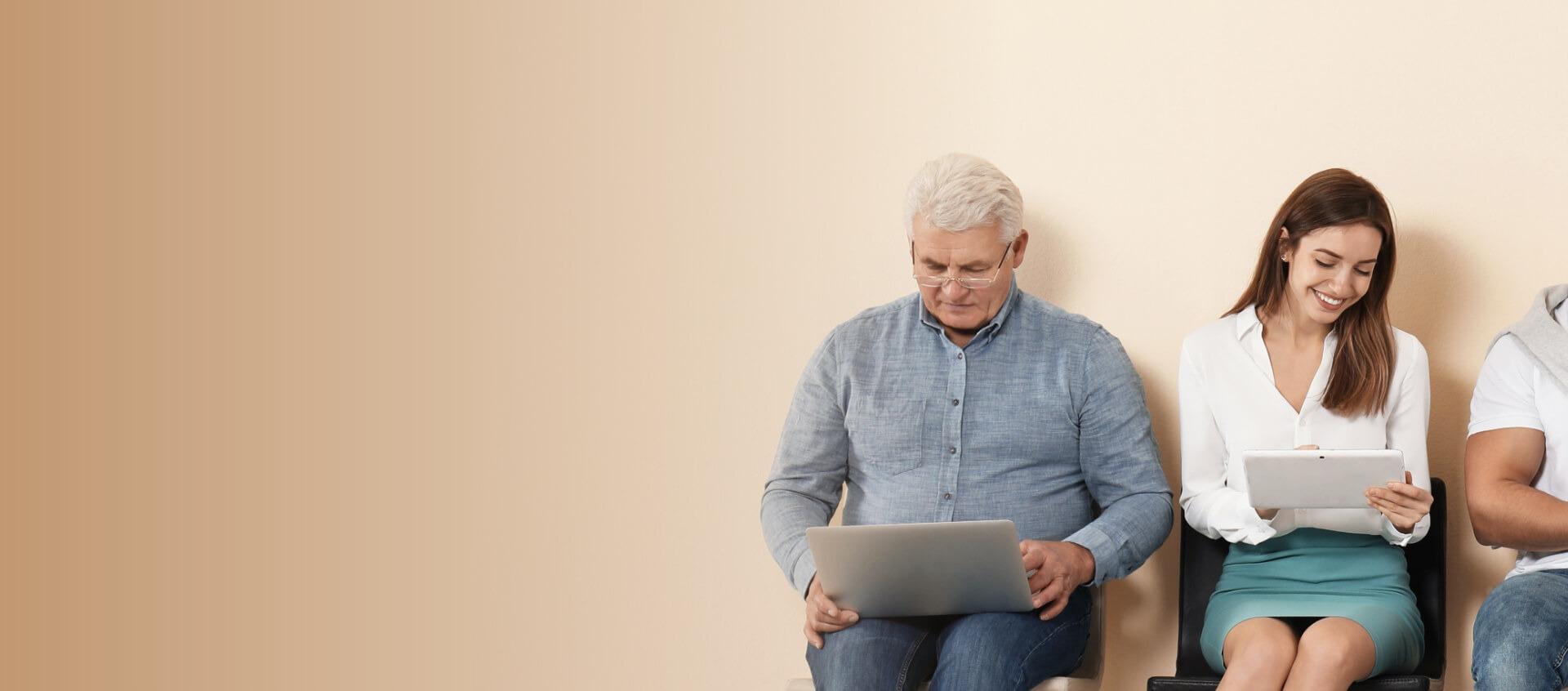 homme et femme sur leur ordinateur