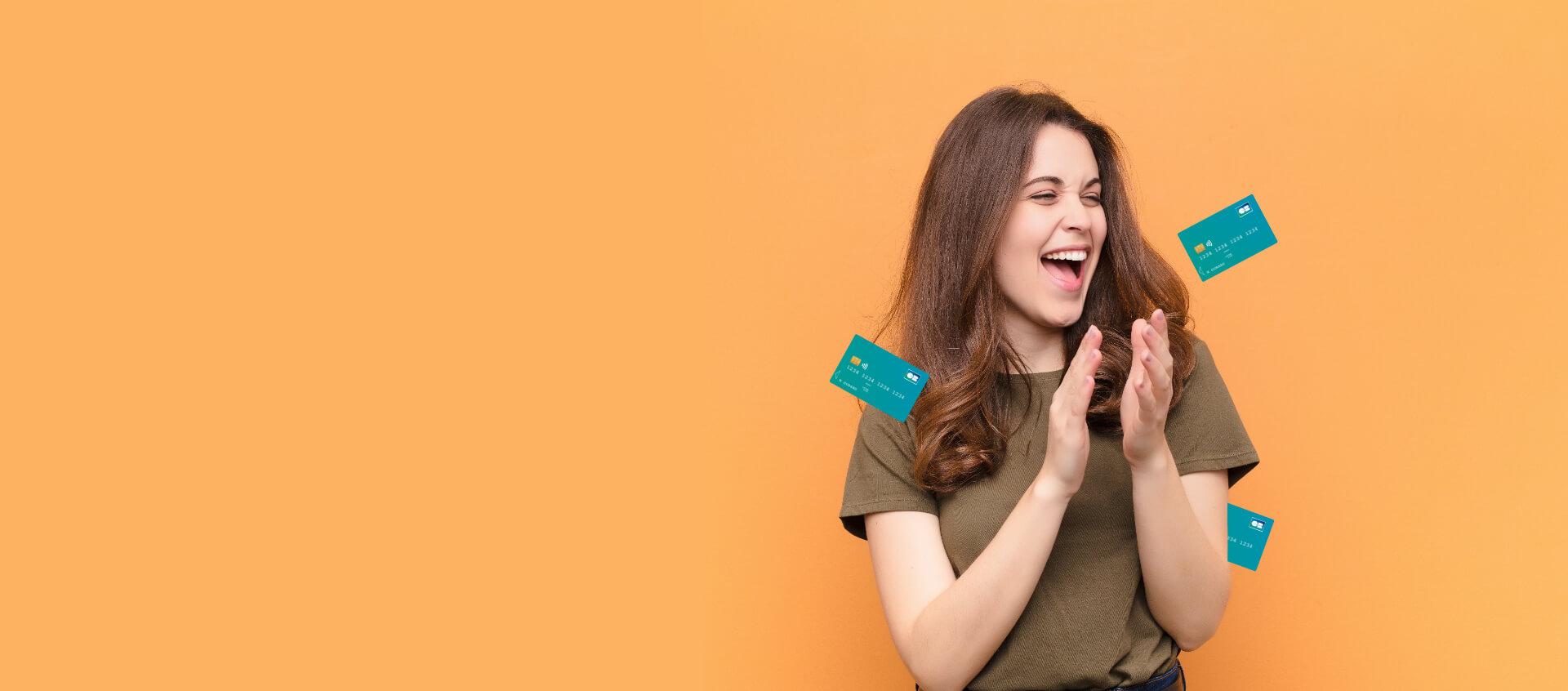 Femme heureuse avec des cartes bancaires
