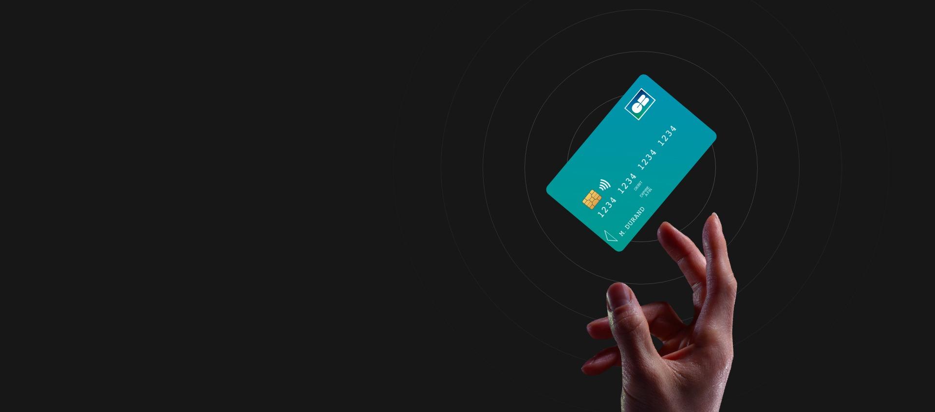Main avec une carte bancaire