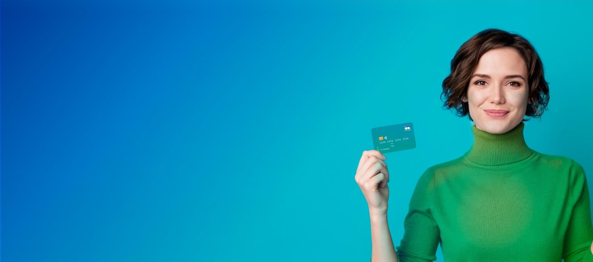 Femme souriante tenant une carte bancaire