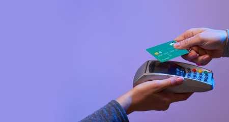 Personne entrain de payer avec le sans contact