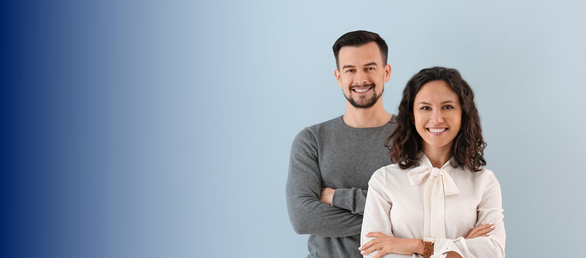 Homme et femme souriant