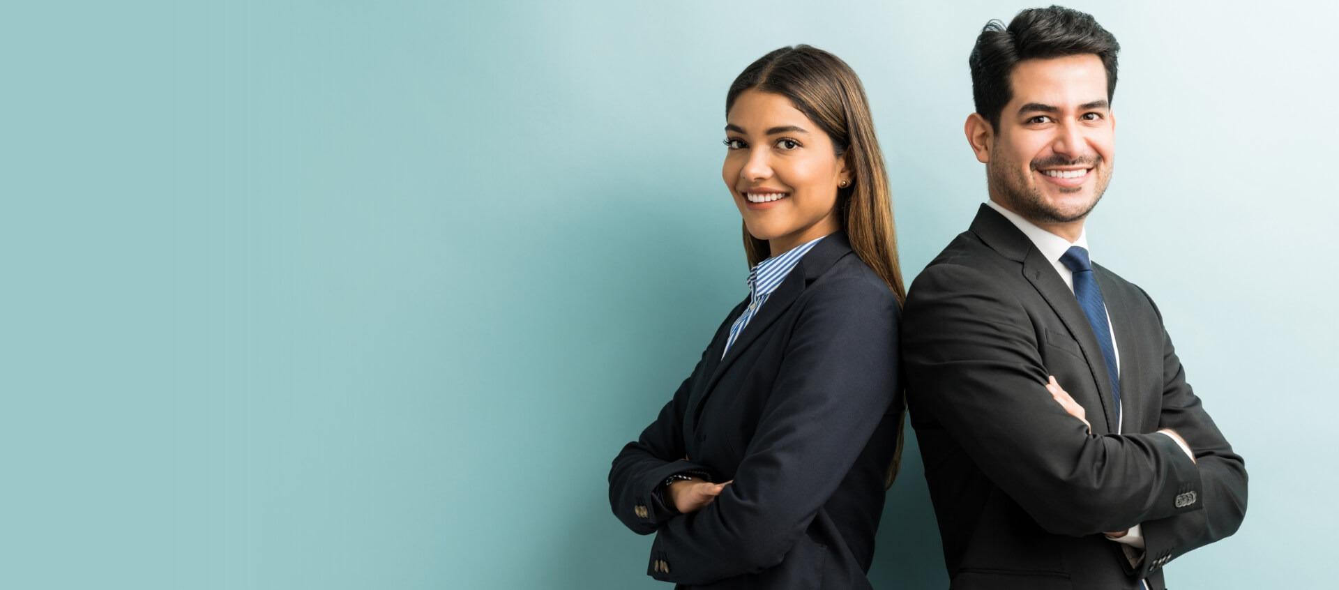 Jeune homme et femme dos à dos en costume